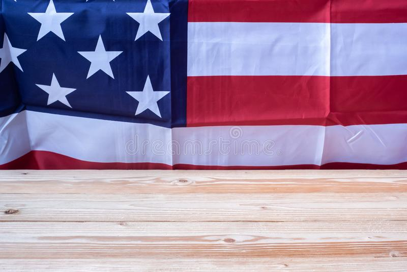 Tacka dig veterantext som är skriftlig i svart tavla med flaggan av Amerikas förenta stater på träbakgrund royaltyfri fotografi