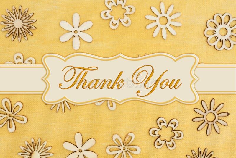 Tacka som dig, målade meddelandet med träblommakronblad förestående bekymrad guld arkivfoton