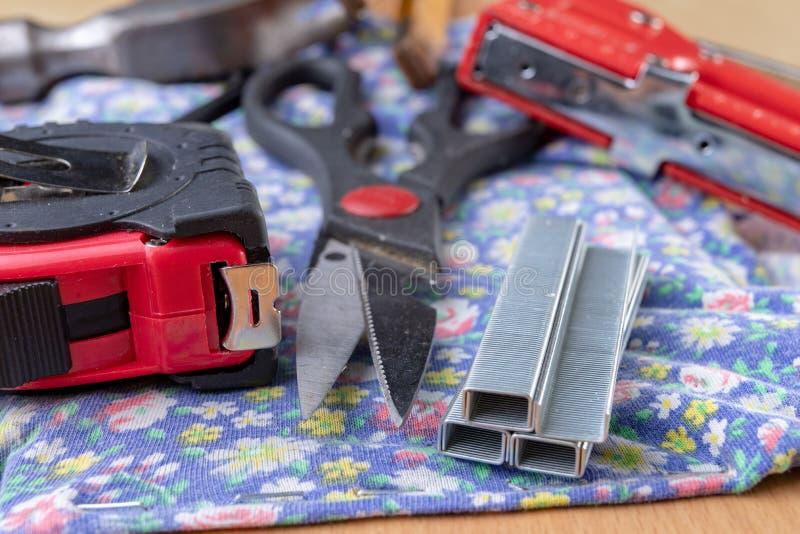 Tacker en Staples wordt gebruikt om meubilair te bekleden dat Toebehoren voor werknemers in de timmerwerkwinkel stock foto's