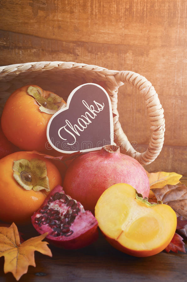Tacksägelse Autumn Fruit i Cane Basket fotografering för bildbyråer