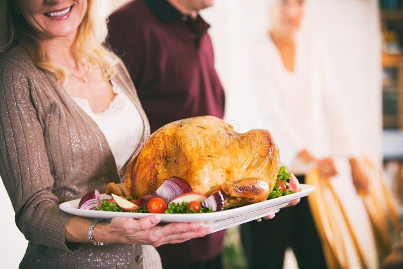 Tacksägelse: Hållande uppläggningsfat för kvinna med stek Turkiet och Garnis royaltyfri foto