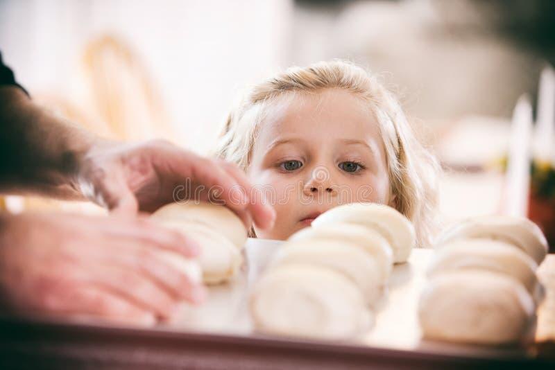 Tacksägelse: Hungrig flicka som synar Tray Of Rolls arkivbild