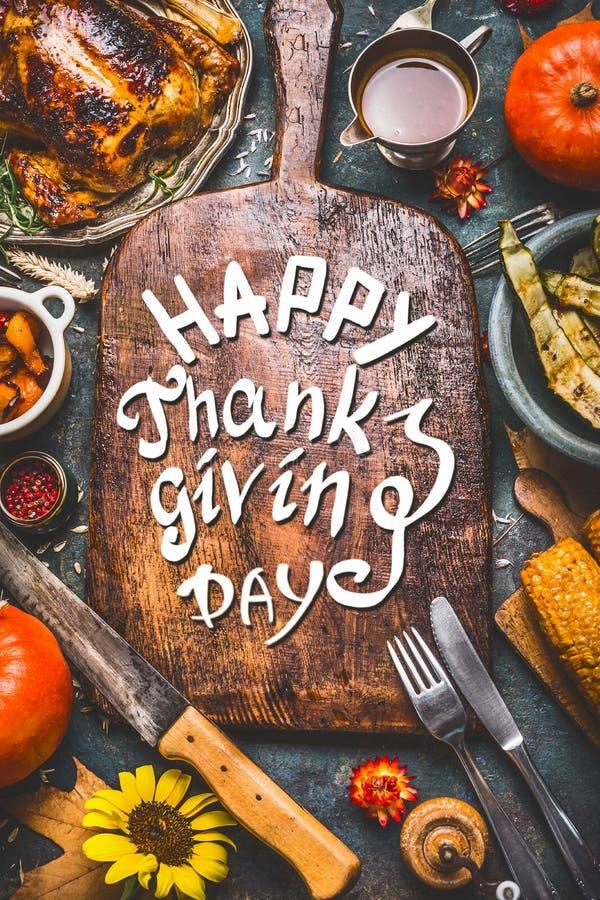 Tacksägelsematställebakgrund med kalkon, sås, grillade grönsaker, havre, bestick, pumpa, nedgångsidor och smsar lyckliga Thanksg fotografering för bildbyråer