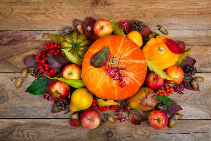 Tacksägelseordning med pumpor, äpplen, päron som är färgrika arkivfoto