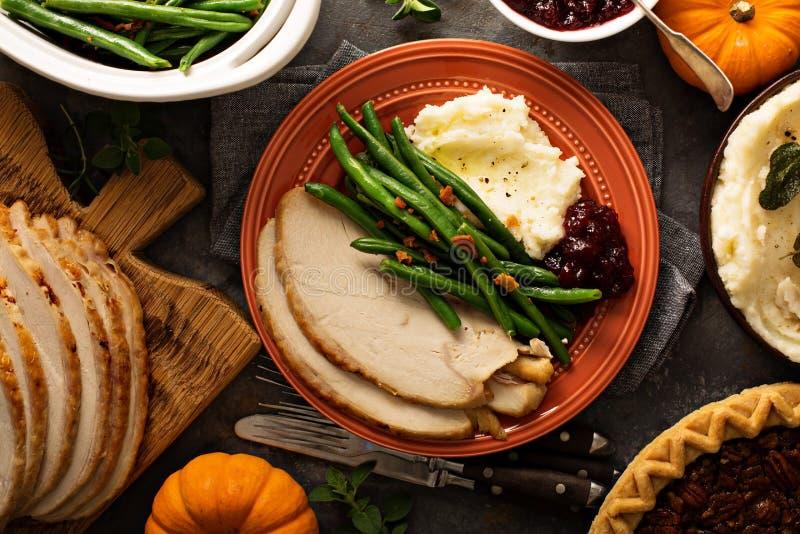 Tacksägelseplatta med kalkon, mosade potatisar och haricot vert royaltyfri foto