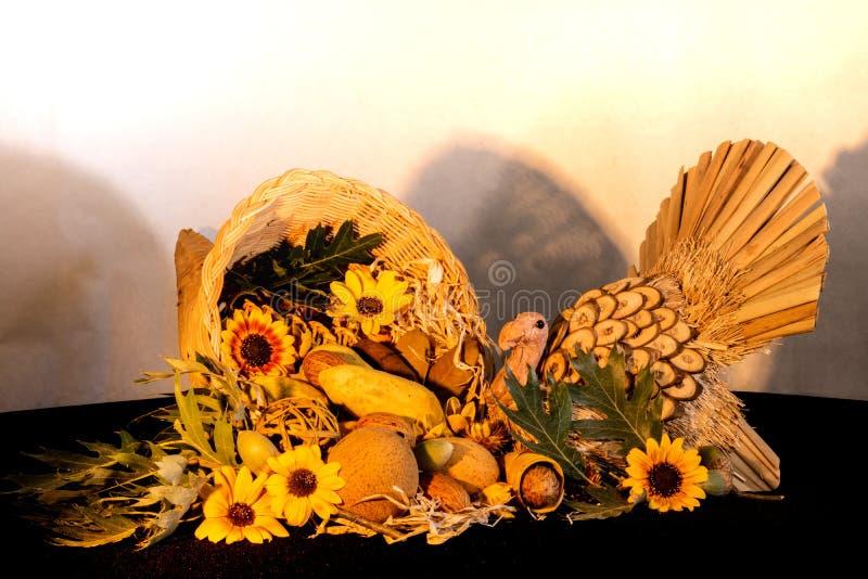 Tacksägelseymnighetshornhöjdpunkten med solrosor och kalkon som firar nedgånghöstskörden, semestrar, säsongsbetonade symboler av  royaltyfri fotografi