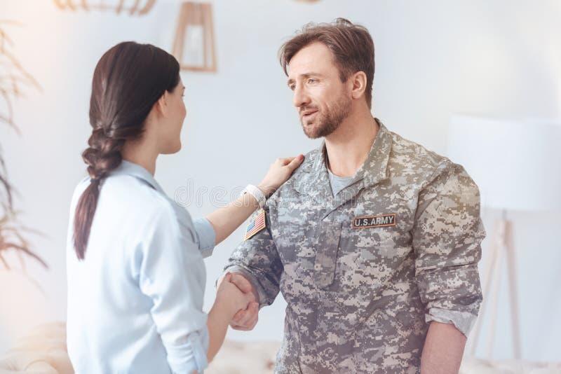 Tacksam militär man som säger ord av gillande efter psykoterapiperiod fotografering för bildbyråer