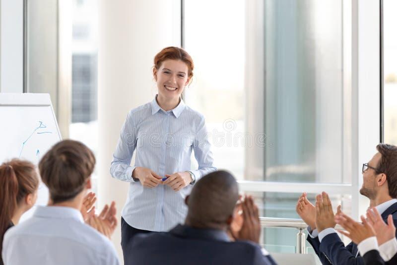 Tacksamma affärsåhörare som applåderar högtalarelagledaren som tackar för konferens arkivbild