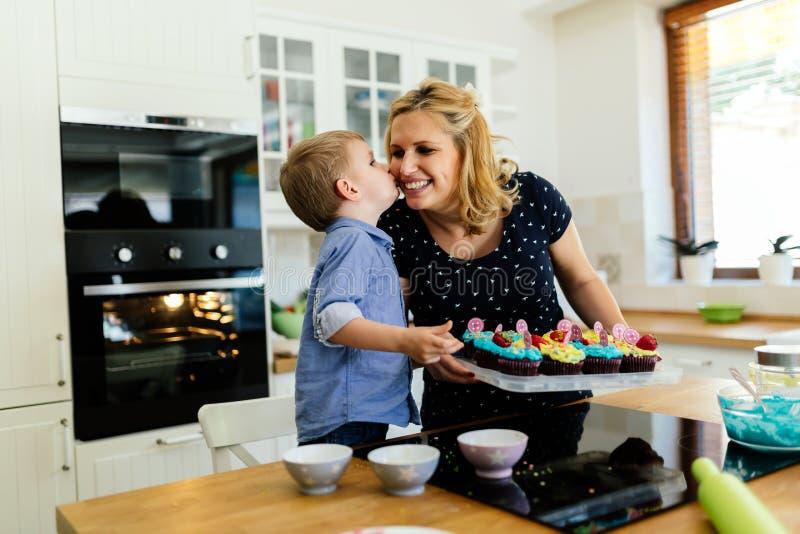 Tacksamt gulligt barn att fostra, medan förbereda kakor royaltyfria bilder