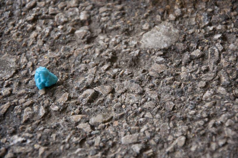 Taco de la goma azul en la calle pebbled imágenes de archivo libres de regalías