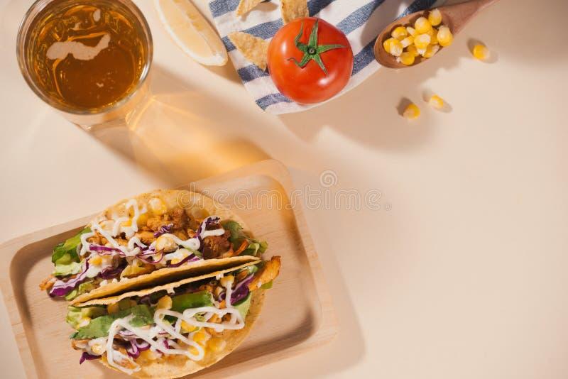 Taco mexicain traditionnel avec de la viande et des l?gumes Nourriture latino-am?ricaine photos libres de droits