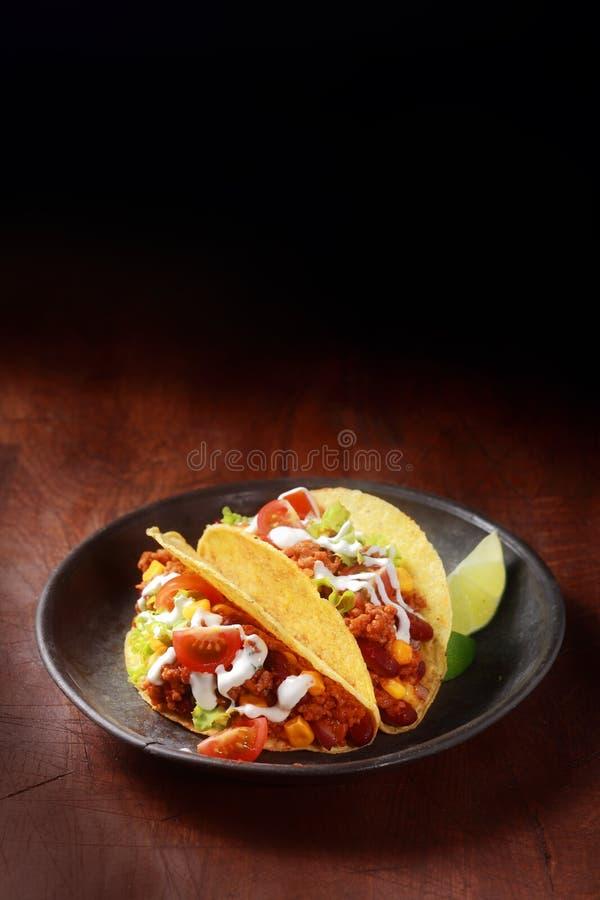 Taco mexicano con la carne y la ensalada picantes imagenes de archivo