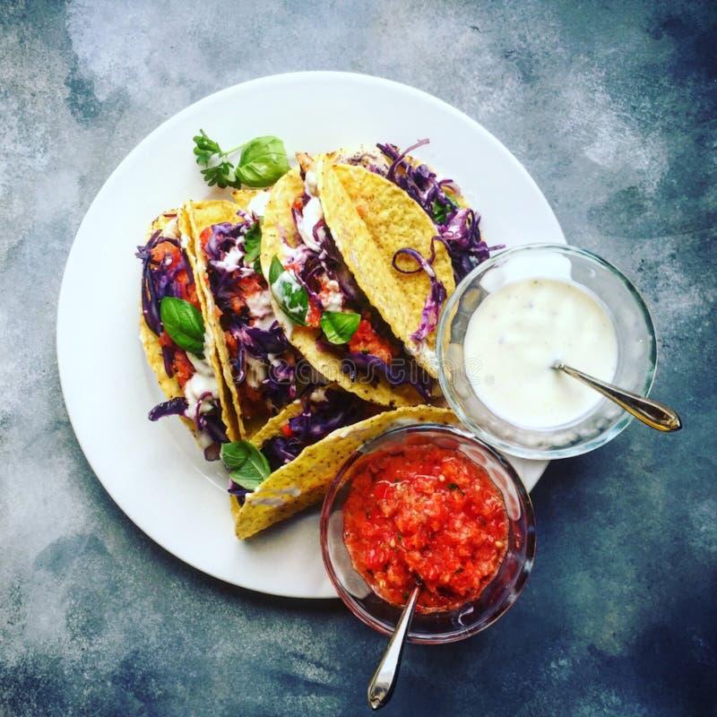 Taco mexicano do vegetariano colorido na opinião superior do fundo de pedra rústico imagens de stock