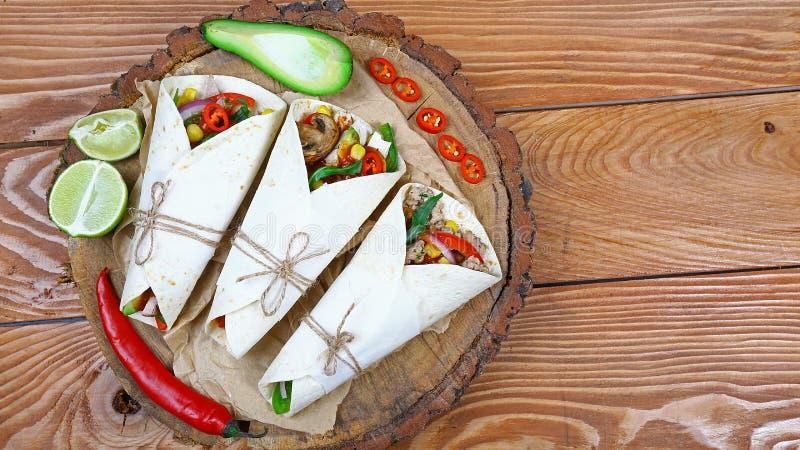 Taco - plat traditionnel de cuisine mexicaine Tacos mexicain avec du boeuf, les légumes et la sauce sur un fond en bois Vue supér photo libre de droits