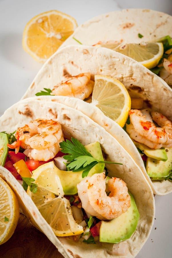 Taco's met salsa en garnalen stock afbeeldingen