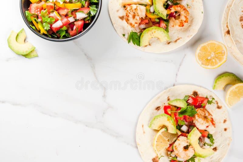 Taco's met salsa en garnalen stock afbeelding