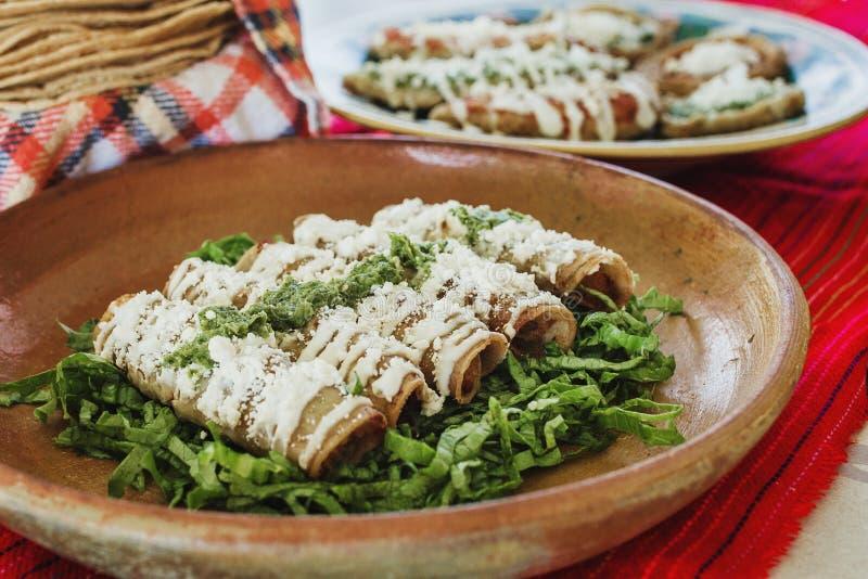Taco'sdorados, flautas DE pollo, kippentaco's en het kruidige Eigengemaakte Mexicaanse voedsel van Salsa in Mexico stock foto's
