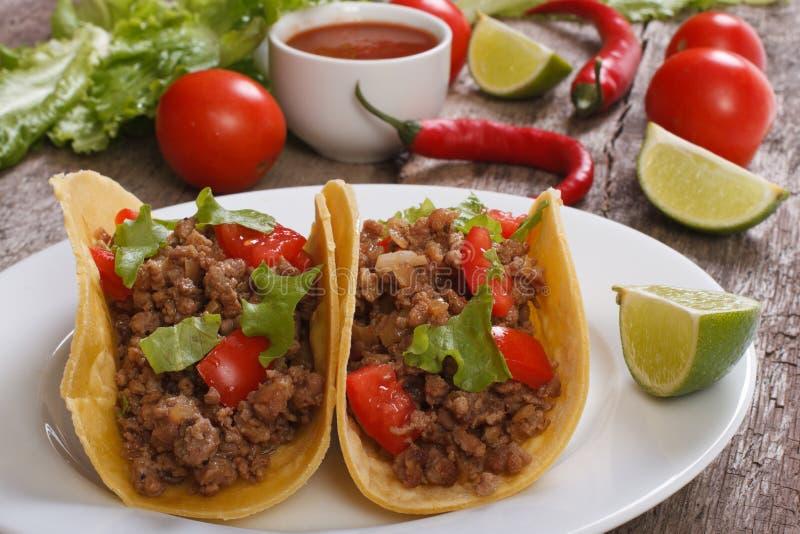 Taco som är välfyllda med den jordnötkött och chili royaltyfri foto