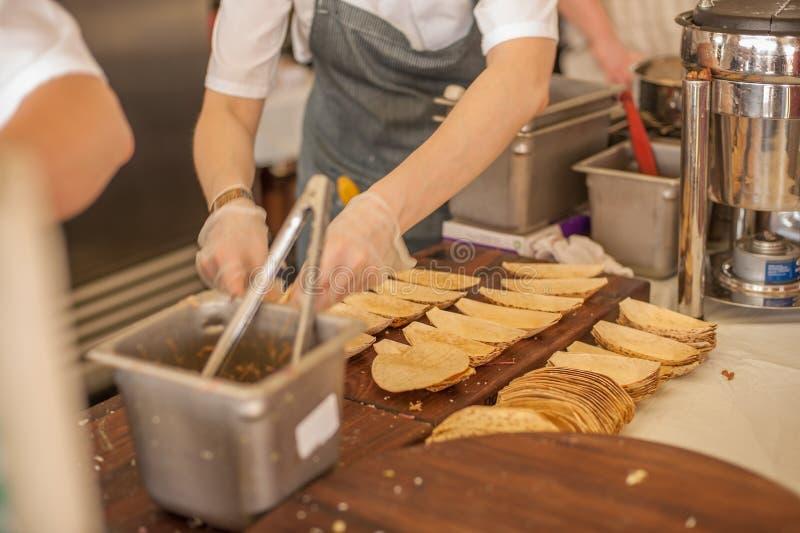 Taco som förberedas royaltyfri fotografi
