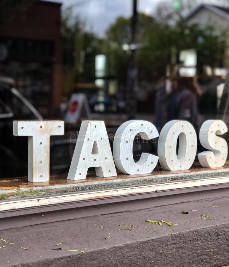 Taco'steken binnen restaurantvenster royalty-vrije stock afbeelding