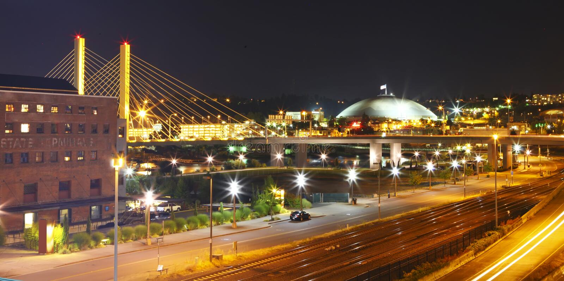 Tacoma городской на ноче с куполом и мостом и хайвеем. стоковые изображения rf