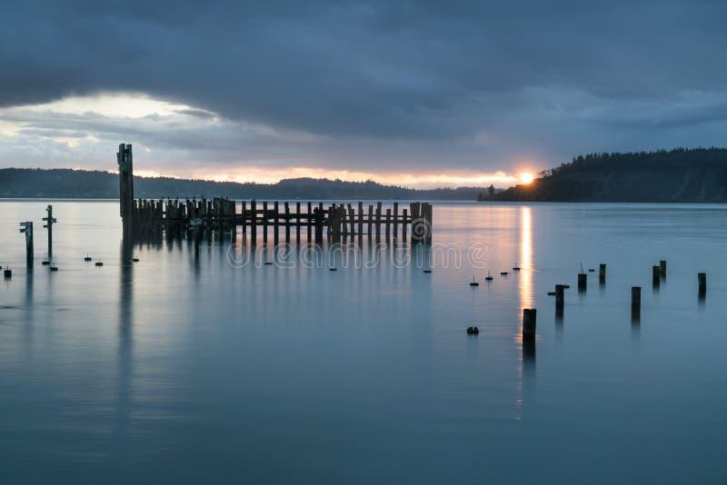 Tacoma begränsar regnig solnedgång royaltyfri bild