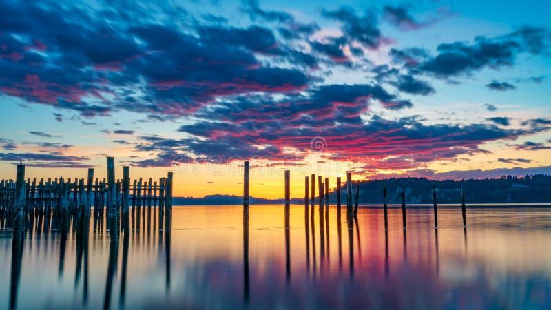 Tacoma begr?nsar solnedg?ng ?ver Puget Sound arkivfoto