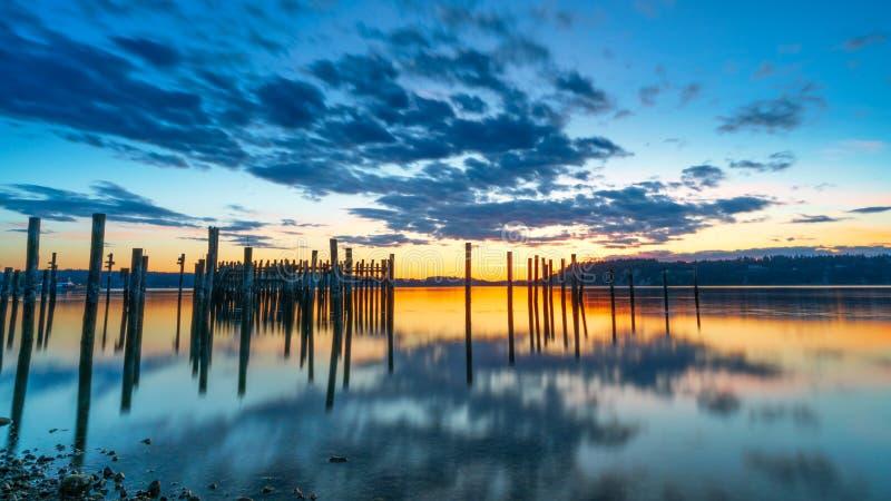 Tacoma begr?nsar solnedg?ng ?ver Puget Sound arkivfoton