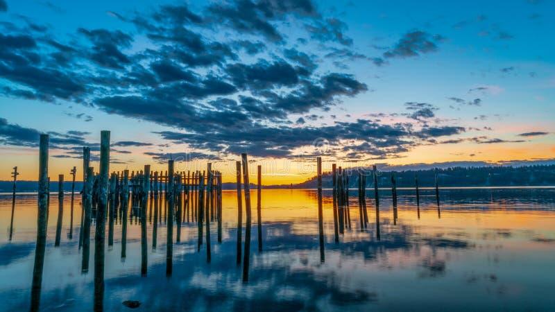 Tacoma begr?nsar solnedg?ng ?ver Puget Sound royaltyfri foto