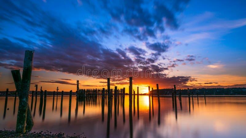 Tacoma begr?nsar solnedg?ng ?ver Puget Sound fotografering för bildbyråer