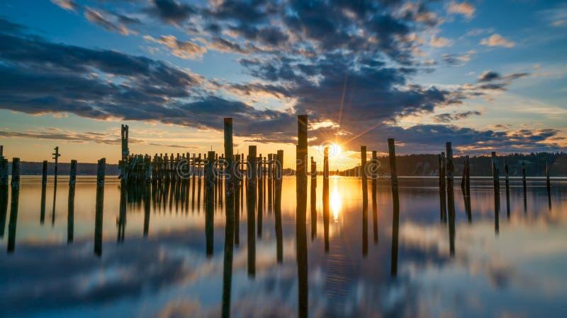 Tacoma begr?nsar solnedg?ng ?ver Puget Sound arkivbild