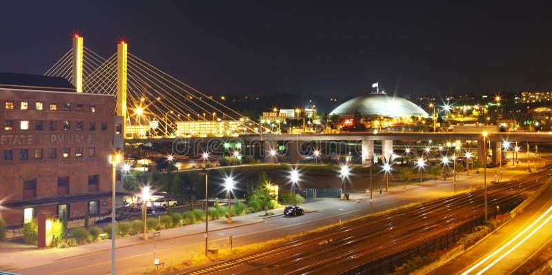 Tacoma del centro alla notte con la cupola e ponte e strada principale. immagini stock libere da diritti