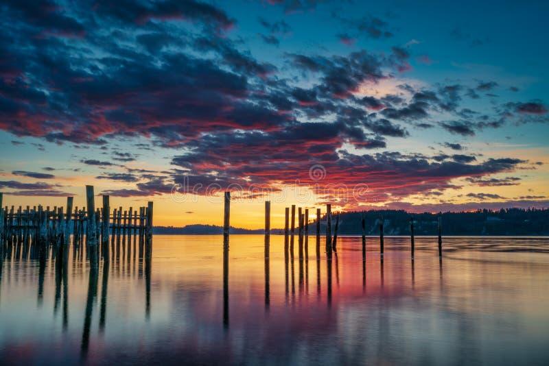 Tacoma estrecha puesta del sol sobre Puget Sound imagen de archivo