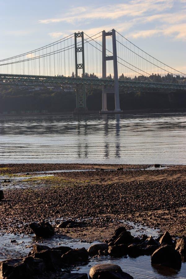 Tacoma verengt Brücke über Puget Sound am Morgen stockbilder