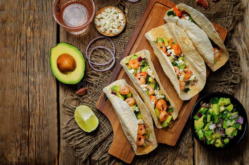 Tacos γαρίδων με το salsa αβοκάντο στοκ εικόνες με δικαίωμα ελεύθερης χρήσης