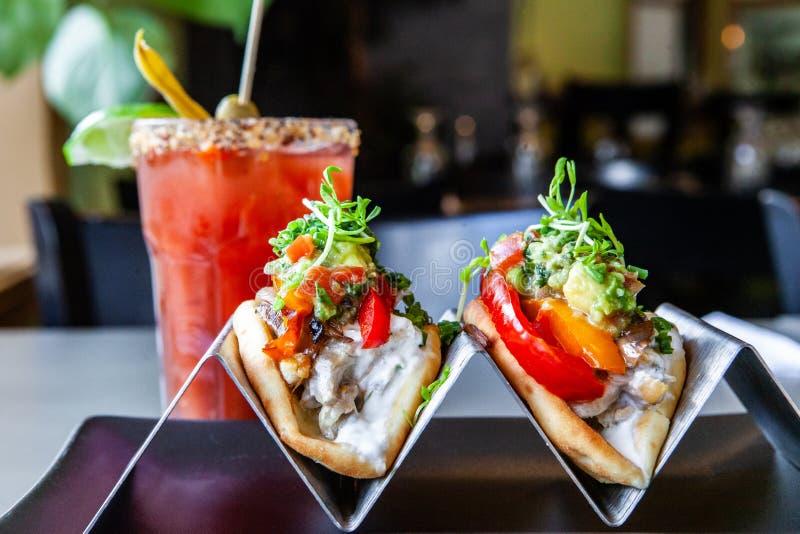 Tacos και κοκτέιλ που εξυπηρετούνται στο bistro στοκ εικόνες με δικαίωμα ελεύθερης χρήσης