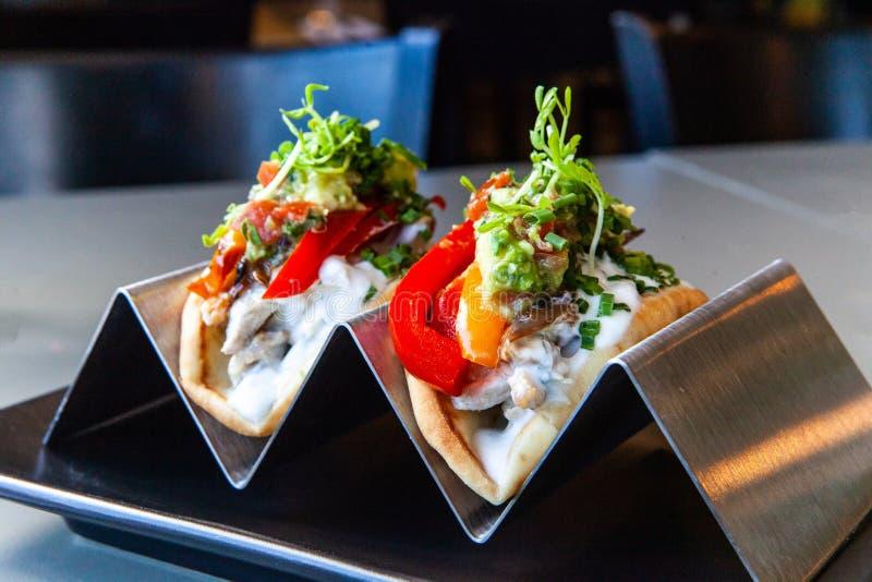 Tacos που εξυπηρετούνται υγιή στο εστιατόριο στοκ φωτογραφία με δικαίωμα ελεύθερης χρήσης