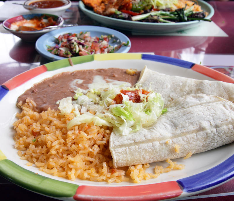 Tacos, arroz y habas de Refried imagen de archivo libre de regalías