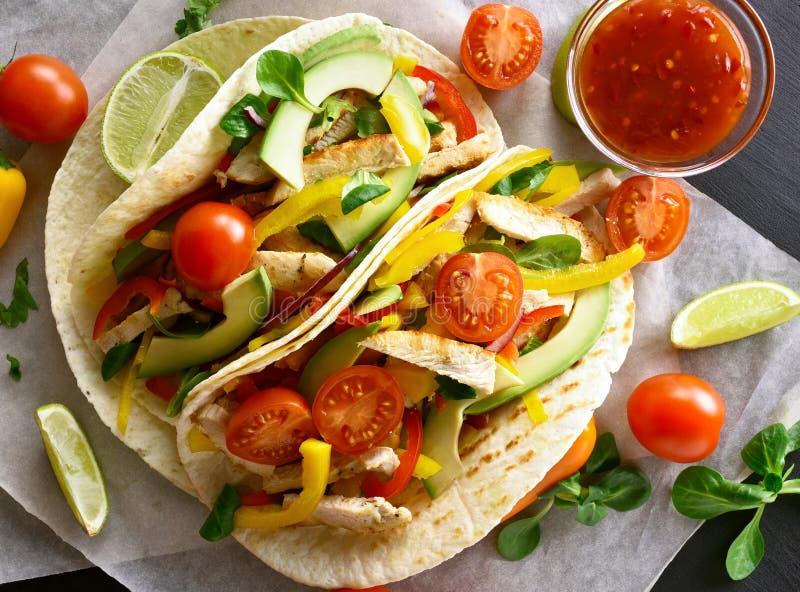 Tacos avec de la viande et des légumes de poulet photo libre de droits