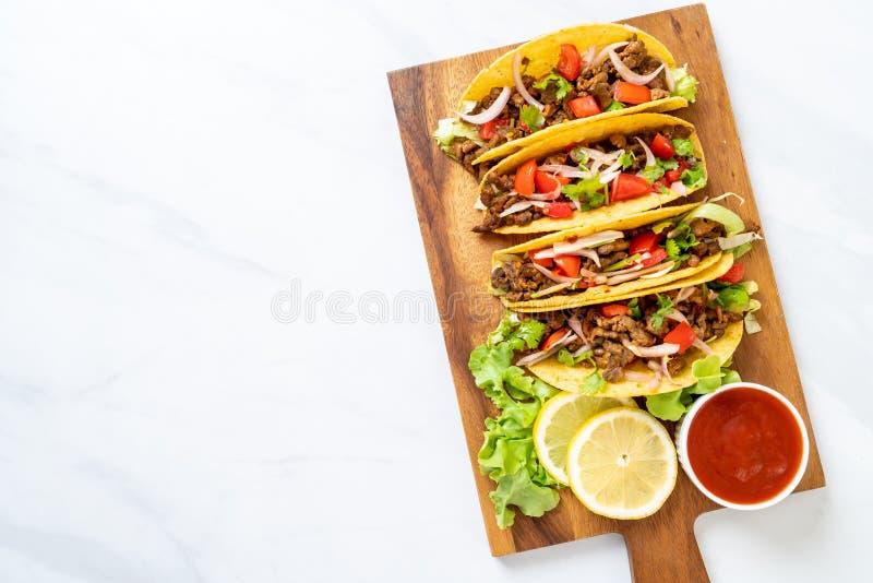 Tacos avec de la viande et des l?gumes photo stock