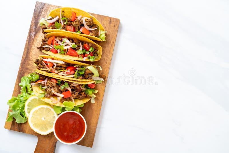 Tacos avec de la viande et des l?gumes photographie stock libre de droits