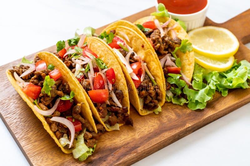 Tacos avec de la viande et des l?gumes images stock