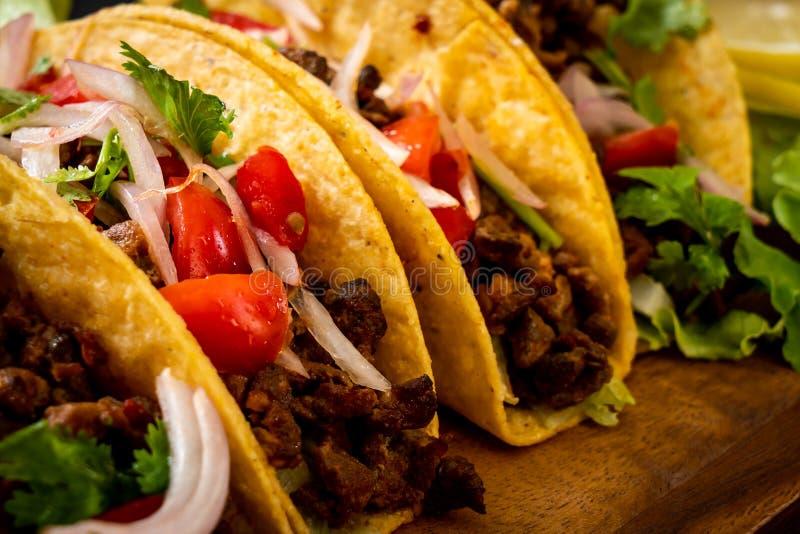 Tacos avec de la viande et des l?gumes photographie stock