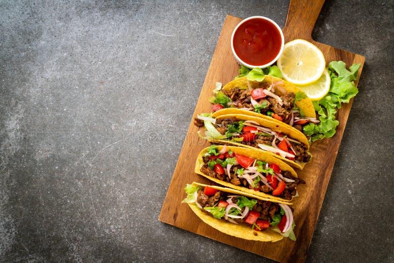 Tacos avec de la viande et des l?gumes image stock