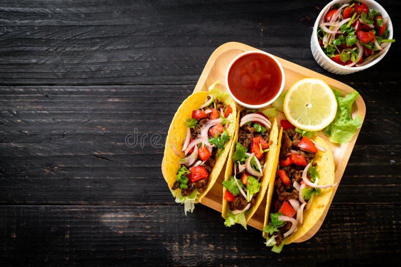 Tacos avec de la viande et des l?gumes image libre de droits