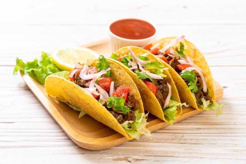 Tacos avec de la viande et des l?gumes photos stock