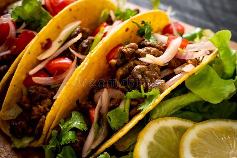 Tacos avec de la viande et des l?gumes photo libre de droits