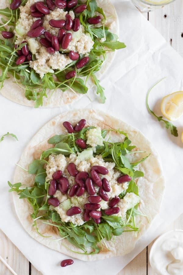 Tacos avec l'arugula, le quinoa et les haricots noirs image libre de droits