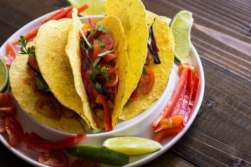 Tacos avec le boeuf hach? et les l?gumes Nourriture mexicaine saine image libre de droits