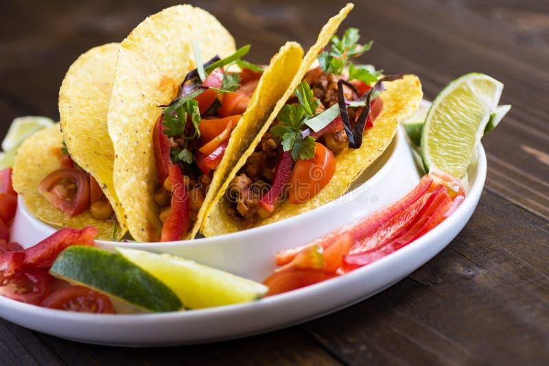 Tacos avec le boeuf hach? et les l?gumes Nourriture mexicaine saine image stock